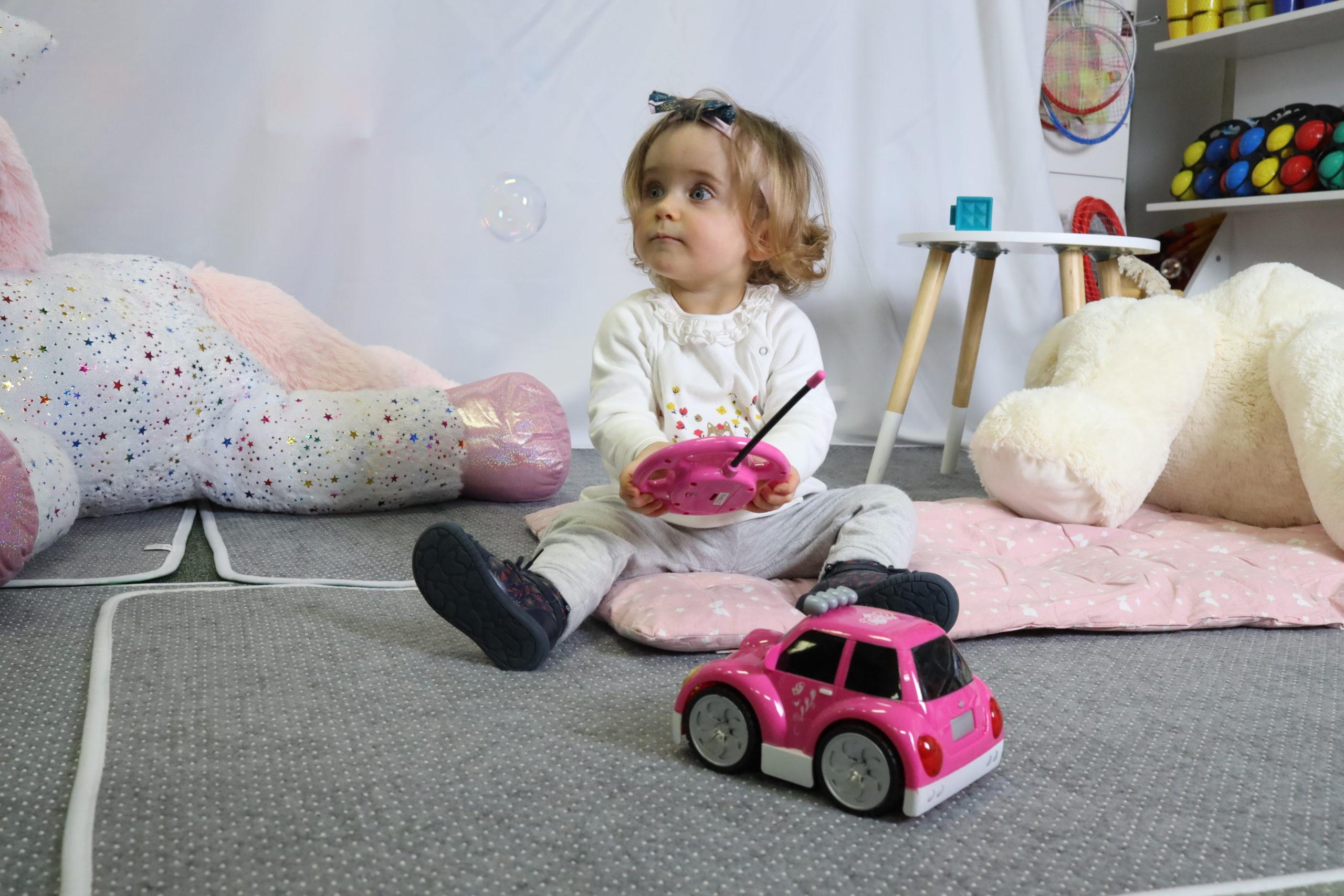 Fille / voiture